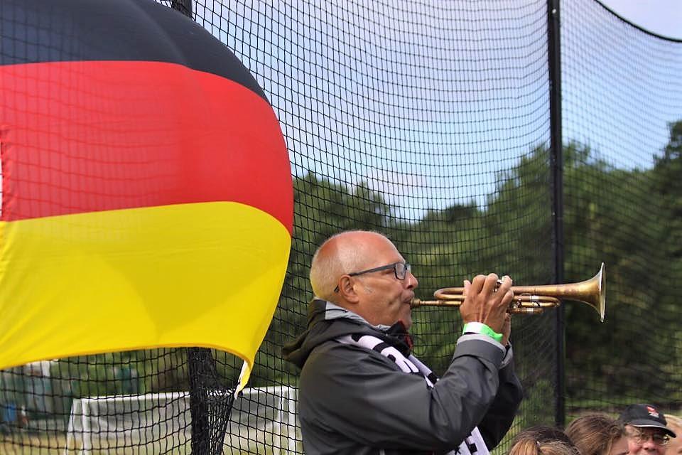 Dad #21 begleitet die deutsche Nationalhymne